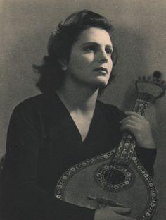 Amália Rodrigues, 1950. Retrato fotográfico por Joaquim Silva Nogueira (1892-1959).