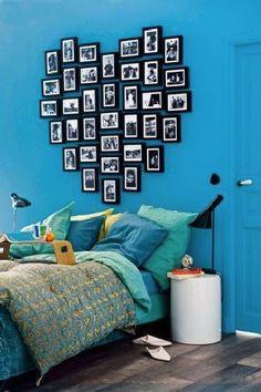 Pour faire cette tête de lit originale et personnalisée dans votre chambre, accrochez les cadres photos au dessus de votre lit en choisissant une forme tel qu'un coeur, un carré, ou un linéaire de la largeur du lit. Votre tête de lit sera encore plus déco si vos photos et cadres sont tous de la même couleur.. Laissez parler votre créativité et do it yourself !