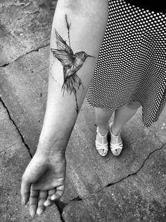 Corujas, flamingos, passarinhos e vários outros tipos de aves em forma de tatuagem.