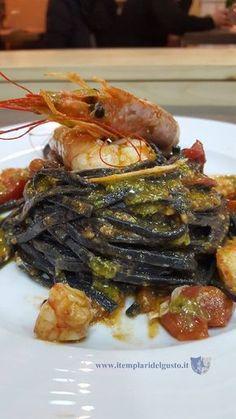 Tagliolini al nero di seppia con gamberi, pistacchi e datterini rossi - dettaglio