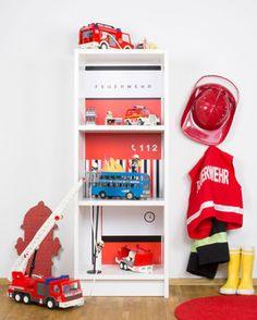 IKEA BILLY HACK - DIY Feuerwehrhaus für Kinder selber machen. Nach dem Spielen bietet das Regal nicht nur Platz für alle Feuerwehrautos sondern auch für Bücher & Co. www.limmaland.com