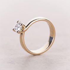 How gorgeos is this ring setting! #ringsetting #ring #diamondring #brilliant #engagement #verlobung #engagementring #carat #wedding #ringsetting #diamondjewelry #diamondjeweler #jewelry #yorxs