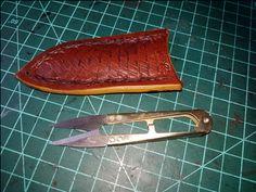 coupe fil et son étui en cuir