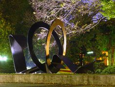 Sun Ribbon by Inge King This 1980 steel sculpture is located in the Union Lawn, east of the Union, in the Parkville campus of Melbourne University.