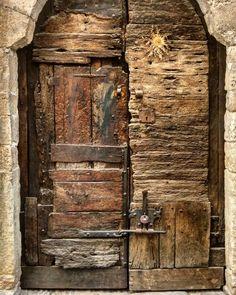Besalú Girona #doors #door #portes #porte #puertas #puerta #woodendoor #lugaresdelibro #instagram #instagramers #instadoors #nofilter #greatshot #architecturelovers #architecture #arquitectura #doorsofinstagram #doorsandwindows_greatshots #Besalú #Girona #doors #door #puertas #puerta #portes #porte