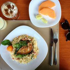 """Lunch time... Nas férias a gente folga no vinho mas não na comida! #ficadica faça um lindo prato com salada e já faça também o da sobremesa com frutas. Daí quando você acaba de almoçar e já come a sobremesa ao lado. O que acontece? Depois que você já vai estar satisfeita e quando for """"olhar"""" a mesa de doces já foi  #dicasdachris #dicadenutrição #vidasaudável #instafoodie"""