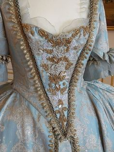 I just wish the necklines in these dresses didnt come down so low… I absolutel… - Historical Clothing Old Dresses, Pretty Dresses, Beautiful Dresses, Vintage Dresses, Vintage Outfits, 1700s Dresses, Amazing Dresses, Vintage Hats, 18th Century Dress