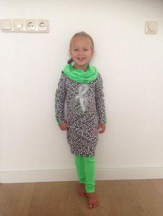 Lenthe is 1.00 meter en draagt hier maat 104 van Quapi, de jurk heet Carolien Grey Melee panther € 39,95 en is verkijgbaar vanaf maat 92 t.m. 164 ze draagt daarbij de legging Cootje green € 19,95 en de bijbehorende (kol) sjaal genaamd Coline kost €14,95  www.vip-kidz.com #quapi #vipkidz #kinderkleding #onlineshoppen #snelleverzending