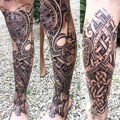 nordic tattoo, bein, beintattoo, tätowierung in schwarz und grau