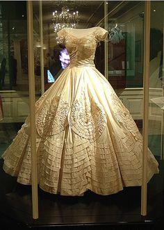 Jacqueline Lee Bouvier A la 5ème place de notre classement on trouve l'élégante robe de soie ivoire avec un décolleté en cœur, portée par la belle Jac
