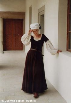 French Cotte Simple - Despite the name, I'd class this as a kirtle rather than a cote. (the pose) Renaissance Costume, Medieval Costume, Renaissance Fashion, Medieval Dress, Medieval Clothing, Renaissance Dresses, Historical Costume, Historical Clothing, Moda Medieval