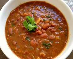 Rajma (Red kidney beans) cooked in a rich spicy Indian gravy with an inherent touch of garlic. Garlic Recipes, Fish Recipes, Indian Food Recipes, New Recipes, Ethnic Recipes, Vegetarian Chili, Vegetarian Recipes, Sauce For Rice, Egg Curry