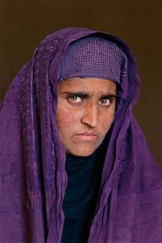 Steve McCurry (famous photo )The Afghan Girl 18 years later. By Steve McCurry 2002 We Are The World, People Around The World, Ansel Adams, National Geographic, Reporter Photographe, Steve Mccurry Photos, World Press Photo, Afghan Girl, Image 30