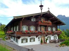 Looks a lot like my grandparents home in Salzburg Cottage Design, House Design, German Houses, Wilder Kaiser, Retail Architecture, Alpine Style, Visit Austria, Montana Homes, Swiss Chalet