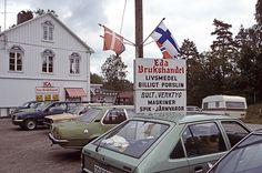 Bilparkering vidEdaBrukshandel. Bilden troligen från mitten av 1980-talet.  HändelseProducerades iEda,Eda, Värmland, Värmland av Nilsson, Pål-Nils.