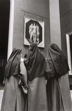 1970  Freiras olham a obra As Três Graças, de Baron Jean-Baptiste Regnault (1754-1829) by Alecio de Andrade