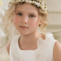 First Communion Hairstyles First Communion Hair For What Do You Think Communion Hairstyles With Headband Veil - Hairstyle & Tatto Inspiration for You Veil Hairstyles, Flower Girl Hairstyles, Princess Hairstyles, Modern Hairstyles, Foto One, Headband Veil, Communion Hairstyles, Girls Hairdos, Communion Dresses
