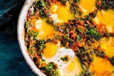 Herfstige boerenkoolstoof met ei en een baguette erbij