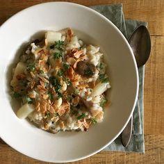 Vandaag eten wij alweer asperges. Nu een risotto met witte asperges (en bouillon van de schillen), oesterzwammen, kervel en knapperige amandel met citroen en een snuf zout.