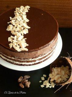 Tarta de chocolate y coco, deliciosa combinación de bizcocho y crema.