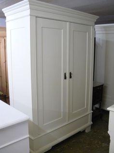 grote oude grenen uitneembare witte kast op kleur gemaakt