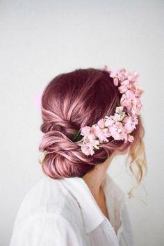 E se você incrementar o seu penteado com uma tiara de flores rosa?