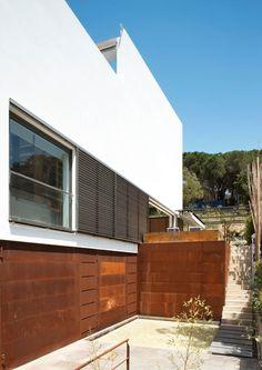 Vivienda Unifamiliar en Tamariu, Girona Garage Doors, Outdoor Decor, Architecture, Home Decor, Ideas, Corten Steel, Ground Floor, Architects, Interior Design