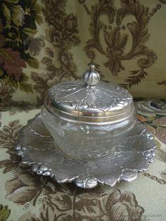 Azucarero o pequeña bombonera en cristal tallado y metal plateado con contraste