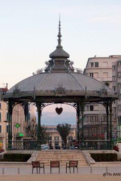 Kiosque de Peynet avec vue sur la gare de Valence ville et sur le Vercors