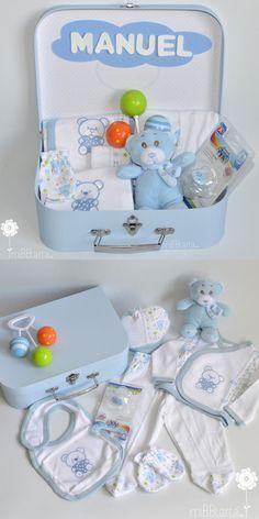 Este regalo de nacimiento les encantará a los papás y el bebé podrá jugar con el peluche y el sonajero casi desde el primer día. Si quieres ver todas nuestras canastillas para recién nacido entra en http://mibbtarta.es/canastillas-para-el-bebe/ #regalobebe #regalosoriginales #canastilla #tartasdepañales #babyshower #canastillas #tartadepañales