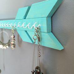 A simplistic, trendy way to organize your jewelry. This arrow offers a safe method for storage of your favorite necklaces -Solid Wood & handmade  -20 tip to tail -approx 4 tall -many colors available -Fifteen (15) white or gold hooks for jewelry hanging Perfect Gift Idea!  *hanging hardware included with item*  ---------------  Pictured Colors: teal, salmon, lavender, mauve (out of stock)  ---------------  Your item will be ready to ship in 1-2 days. I will ship this USPS Ground Service 2-9…