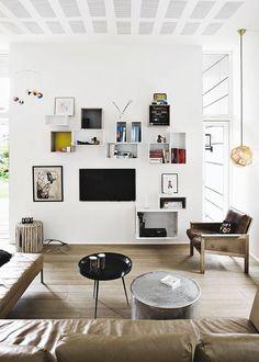 that wall... cuadros con libros alrededor de la television