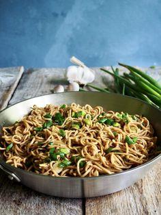 Sulten? Dårlig tid? Da lager du lettvinte nudler med hvitløk!  Kan spises som en rett i seg selv eller serveres med kylling for eksempel.   Bland gjerne inn andre grønnsaker - løk, paprika, grønnkål. brokkoli, og så videre for en mer næringsrik variant. Tex Mex, Nom Nom, Pasta, Yummy Food, Ethnic Recipes, Lasagna, Red Peppers, Delicious Food, Pasta Recipes