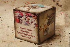 Купить или заказать Кубик-открытка для медработника в интернет-магазине на Ярмарке Мастеров. Кубик-открытка для медицинского работника с картинками на медицинскую тему в ретро пин-ап стиле - подойдет как для мед.сестры, так и для врача, главное, чтобы человек был хороший и с чувством юмора))))) На одной ихз граней кубика - шуточное пожелание: 'Лечите наши организмы и будьте гордостью Отчизны!' При заказе можно придумать персональное пожелание... * Другие варианты кубиков здесь www.