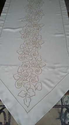 Cable and Flower Border Hand Embroidery Stitches, Hand Embroidery Designs, Embroidery Patterns, Bordados Tambour, Dress Painting, Cutwork, Table Runners, Folk Art, Sketches