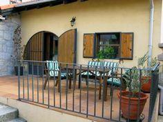 La entrada y terraza de enfrente