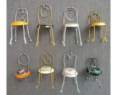 Sillas decorativas con las jaulas de alambre de tapones de champán