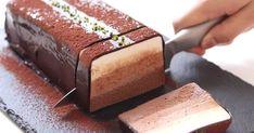 Připravte si mimořádně jemný třívrstvý čokoládovo-tvarohový řez, který se rozplývá v ústech. Tento se rychle zaručeně stane jedním z vašich oblíbených dezertů! Jeho příprava je velice jednoduchá a velkou výhodou je, že nemusíte ani zapínat troubu. Suroviny pro tvarohový řez jsou jednoduché a cenově dostupné a recept není vůbec složitý.