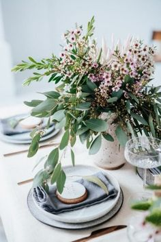 Australian themed Christmas table styling and decor ideas using native and natural floral and greenery with mix and match eclectic table ware. Aussie Christmas, Summer Christmas, Noel Christmas, Christmas 2019, Christmas Couple, Australian Christmas Food, Christmas Flowers, Scandinavian Christmas, Christmas Crafts