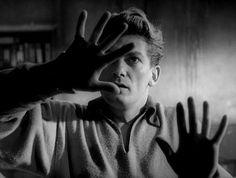 Orphée face au miroir (1950) | Extrait d'une scène du film Orphée, film éponyme ou le personnage principal est incarné par Jean Marais, ici face à un miroir.