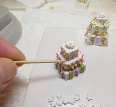 Learn to Make Miniature Dollhouse Cakes Payed tutorial on Etsy Dollhouse Miniature Tutorials, Miniature Crafts, Diy Dollhouse, Miniature Food, Miniature Dolls, Dollhouse Miniatures, Biscuit, Clay Food, Polymer Clay Miniatures