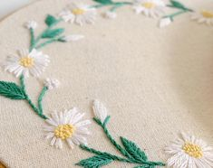Embroidery Stitches Tutorial, Embroidery Patterns, Diy Home Decor, Daisy, Textiles, Floral, Gifts, Things To Sell, Sunshine