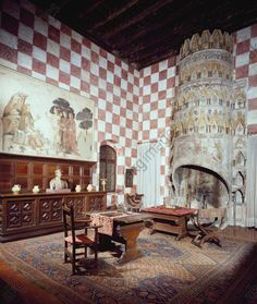 AKG-imágenes -Glimpse of Fireplace Room with Carrarese fireplace, Castello di Monselice, Italy, 14th–16th century