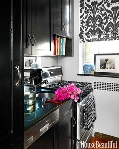 Manhattan Apartment - First Apartment Decorating Ideas - House Beautiful Adorable apartment kitchen! Apartment Kitchen, Small Kitchen, Black Kitchen Cabinets, Apartment Decor, First Apartment Decorating, Kitchen Design, Black Kitchens, Apartment Living, Home Decor