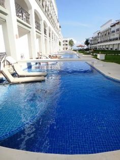 The Royal Playa del Carmen: Start of swim up pools- Woo! I want one of these