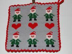 De här grytlapparna är stickade på en rundsticka och har samma mönster på båda sidorna. Fair Isle Knitting Patterns, Knitting Charts, May Flowers, Crochet, Pot Holders, Christmas Sweaters, Christmas Decorations, Presents, Textiles