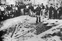 Việt Cộng chuẩn bị tấn công một ấp chiến lược (Vietnamese Communist preparing to attack a strategic hamlets)