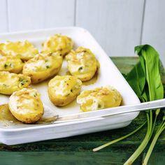 Diese Kartoffeln bestechen mit einer leckeren Füllung aus Bärlauch, Kräutern und Sahne. Da lassen wir uns nicht zweimal bitten!