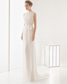 Lightweight+sleeveless+pleated+silk+muslin+dress+with+high+neckline,+low+back,+sash+with+bow+and+natural+waist,+in+natural.