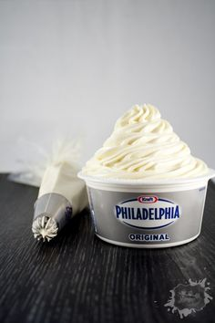 Today I present to you a recipe for philadelphia that I really like. You can use it for stuffing cookies, icing cakes, topping on cupcakes… . Cheesecake Cookies, Cheesecake Recipes, No Cook Desserts, Dessert Recipes, Frosting Without Butter, Philadelphia Creme, Cheese Cupcake, Cream Cheese Recipes, Baking Ingredients
